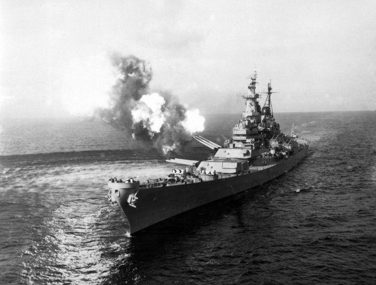 A negyedik részben a csatahajók leglátványosabb, és leglényegesebb eszközeiről, a fegyverekről lesz szó. Lövegek és gépágyúk a sok száz tonnás toronyba építettektől a kézzel célozhatókig.     A Missouri parti célokra tüzel a koreai háború idején      Fegyverzet   A tervezési folyamat végén az Iowa osztályú...