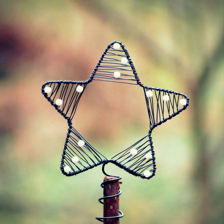 Vánoční hvězda Hvězda na vánoční stromeček je vyrobena ze železného drátu a bílých skleněných korálků. Rozpětí je cca 11 cm. Spirála dole slouží k uchycení na stromeček.    original smu