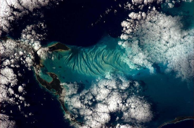 Сюрреалистическая красота Багамских островов; тут присутствуют все оттенки голубого цвета.