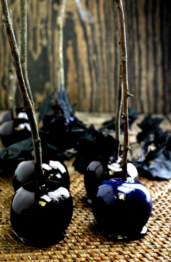 How to Make Poison Apples - Ooh these are so spooky and awesome! #halloween #partyplanning