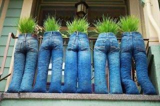 Alte Jeanshosen als Blumentopf benutzen