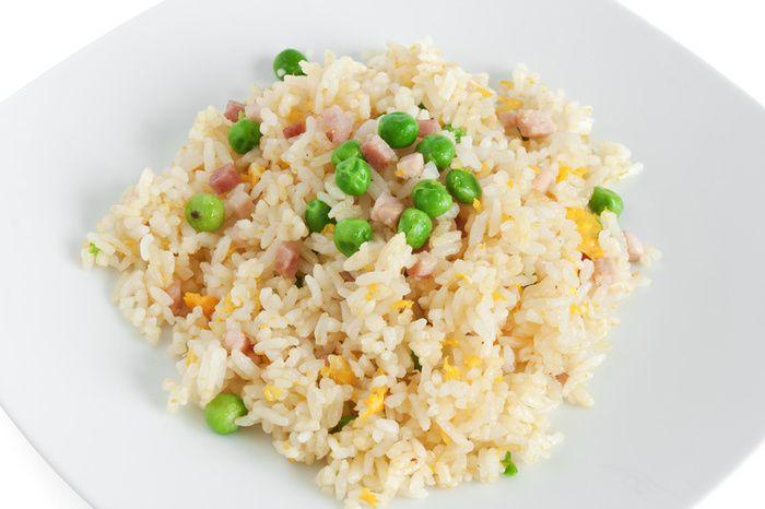 Il riso alla cantonese preparato con riso a chicco lungo tipo il Basmati o il Jasmine, uova strapazzate, prosciutto di Praga a cubetti, piselli e volendo anche gamberetti.