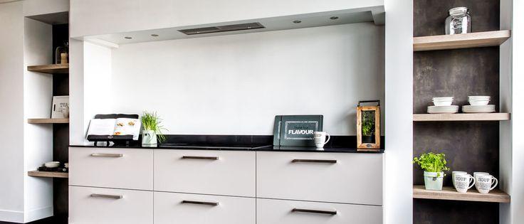 Hoe leuk is dat? Aan beide kanten van je werkblad twee open kasten maken. Hierin kun je prima wat keukenspullen kwijt, zoals servies. Maar je kunt hierin ook leuk een paar plantjes zetten of je eigen kruidenpotjes.