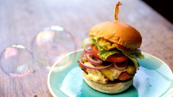 No episódio de hoje, Isadora traz a receita mais famosa da Fenda do Biquíni, diretamente do Siri Cascudo: o Hambúrguer de Siri, uma receita deliciosa e sofisticada feita pelo chef Bob Esponja ...
