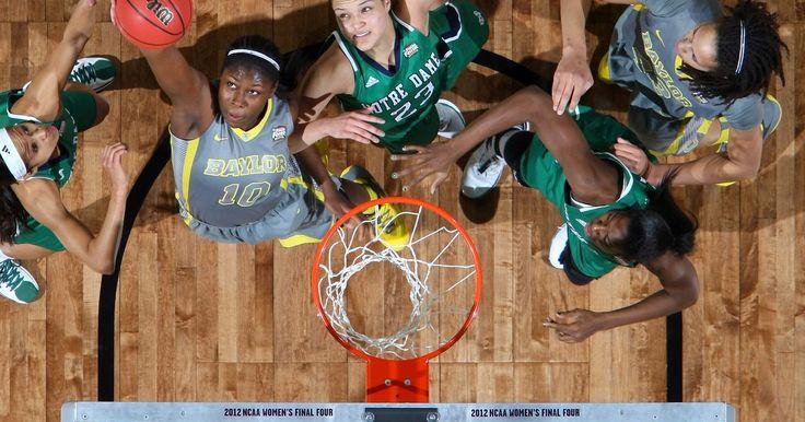 Reglas de baloncesto femenino universitario. El baloncesto universitario femenino se organizó por primera vez en 1892. El estilo de juego del baloncesto femenino de la universidad y el masculino es similar, sin embargo, hay algunas diferencias en cuanto a las reglas. La National Collegiate Athletic Association, conocida como la NCAA (Siglas en inglés), determina las normas específicas de ...