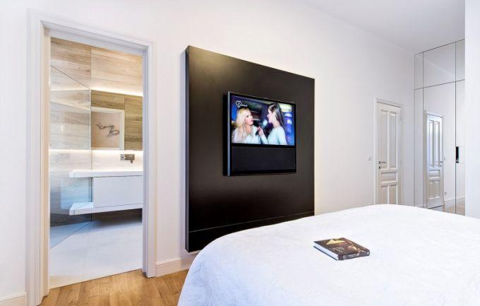 Televizor je zasazený do černého panelu a ukrývá další nezbytné audiovizuální příslušenství, kabely a zásuvky