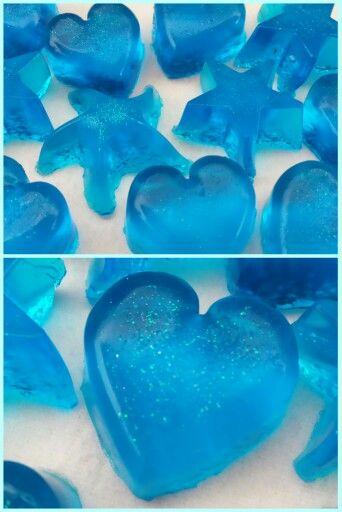 Selbstgemachtes Badejelly. 500ml Duschgel, 12 Blatt Gelantine zusammen erhitzen - Glitzer & Lebensmittelfarbe dazu. In Silikonformen abkühlen lassen.