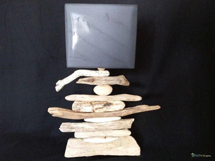 BoGaLeCo.com / Lumières / Lampes / Bois flotté / Lampe  bois flotté classique  Lampe de taille moyenne en bois flotté sur un thème gris souris agrémentée d'un abat-jour carré.  Bois : Bois flotté récolté sur les plages du Finistère sud. Le bois a été nettoyé et assemblé sur une tige creuse (invisible). Aucun traitement.  Abat-jour : Abat jour carré gris souris de 20 cm de coté  Eclairage : Diffusion sous abat-jour. Créé avec une ampoule LED 12 volts 18 LEDs à 360 degrés. Rendu: 6000 ° K…