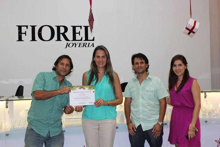 Queremos Compartir con ustedes la entrega del premio a #FiorelJoyeria ganadora en nuestro concurso #MejorVitrinaNavideña!!! Alamedas Centro Comercial #Piensaenti
