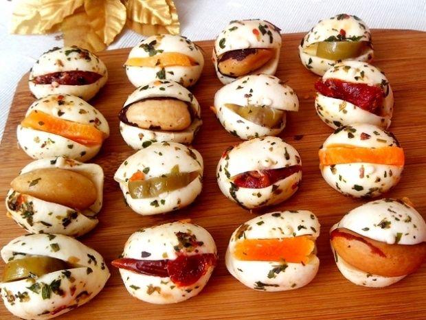 Muzarela de Búfala Recheada – use sua criatividade – azeitonas, amêndoas, tomate seco, pimentão – um pouquinho de orégano e voilá.