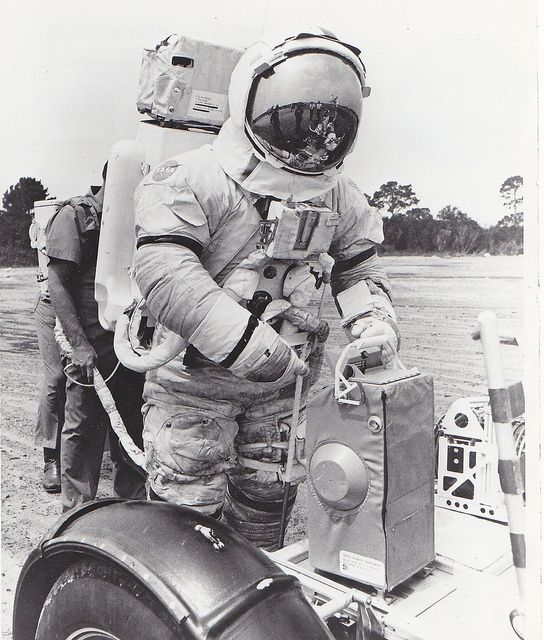 Archive: Lunar Rover Training by NASA's Marshall Space Flight Center on Flickr.A través de Flickr:  Apollo 17 Commander Eugene Cernan practiced unloading a science instrument from a lunar rover trainer developed by NASA's Marshall Space Flight Center in Huntsville, Ala. for crew training.  Image credit: NASA  _____________________________________________  These official NASA photographs are being made available for publication by news organizations and/or for personal use printing by the…