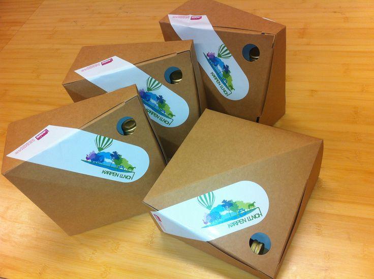 De duurzame lunchdoos, volledig van gerecycled materiaal gemaakt en volledig te recyclen. Ontwerper Hooman Parvizi heeft deze voor ons ontwikkeld, waarbij perfect is nagedacht over hoe de lunch het best tot zijn recht komt. Ook te gebruiken als knapzak!