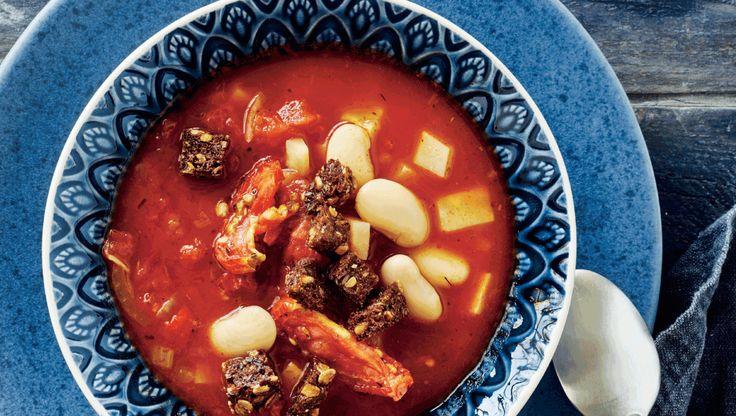En fyldig tomatsuppe med rodfrugter og butterbeans giver varmen og stiller sulten efter en lang dag. Her får du opskriften på tomatsuppe med selleri, butterbeans og croutoner