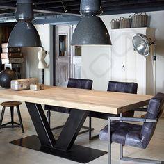 """Strakke industriele tafel """"Rome"""" heeft een eiken blad en een stalen onderstel. <br /> Tafel met strak metalen onderstel.<br /> <br /> Tafel Rome is leverbaar in iedere gewenste maat."""