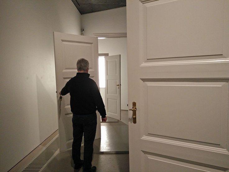 """Ordrupgaards Hammershøiudstilling. Man kunne selv lege med de åbne døre og """"lave malerier""""."""