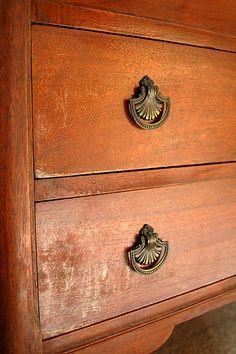 Para limpar moveis de madeira, use 3/4 de óleo e 1/4 de vinagre branco.