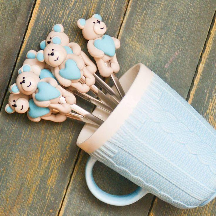 Доброе утро!Как же холодно в Краснодаре,брррр.А когда ещё и болеешь,но надо водить ребёнка в школу.... Очень хочется тепла и не болеть😊 Все,минутка нытья закончилась, пойду пить горячий чай и лечить горло,а Вам показываю мишуток,которых делала на первый День Рождения одного мальчика😊 ------------------------------------------------- Стоимость чайной ложечки с таким декором-500 рублей. ------------------------------------------------- По всем вопросам пишите в комментарии 👇,директ…