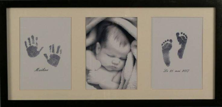 Un cadre empreinte bébé blanc qui permettra aux jeunes parents d'avoir une photo de leur bébé ainsi que ses empreintes de mains et de pieds : Dispo sur kidsdressing.com
