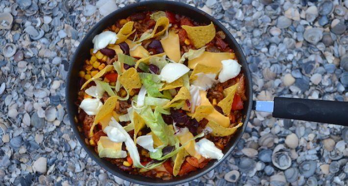 Eenpanscampingrecept : Mexicaanse tacopannetje met tortilla chips.