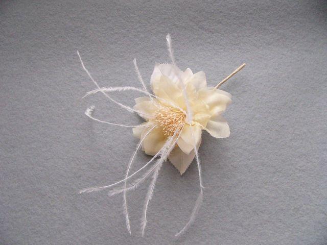746111 1380701 - Květ s peřím a špendlíkem