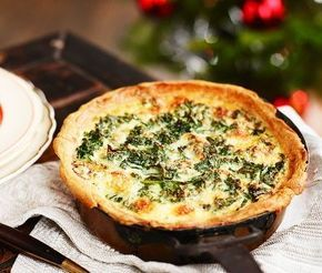 Frasig paj fylld med vitaminspäckad grönkål och smakrik ädelost. En rätt god som den är eller som tillbehör på julbordet. Med färdig pajdeg fräser du bara grönkål och lök, rör ihop en äggstanning och smular ädelost, sen skjuts in i ugnen!
