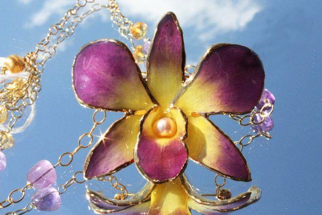 Collana con ciondolo - orchidea vetrificata e perla d'acqua dolce.