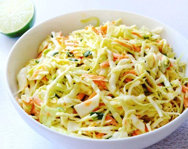 Простой салат из свежей капусты и моркови с добавлением лимонного сока и тмина – доступный и полезный салат для ранней весны