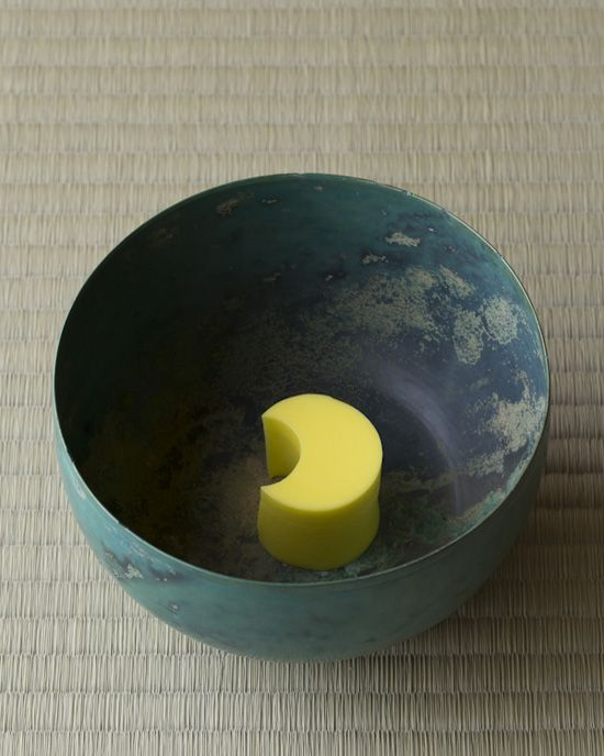 菓=月旅行/鍵善良房(京都)  器=朝鮮砂張碗 高麗時代