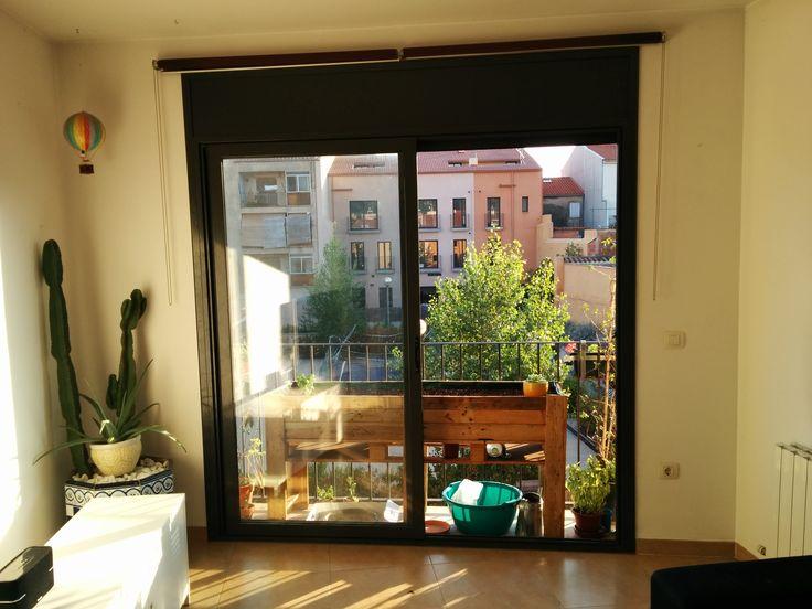 Mesa de cultivo en el balcón hecha con palets.