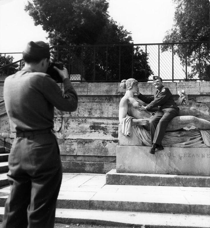 Robert Doisneau - Soldats américains, jardin des Tuileries 1945