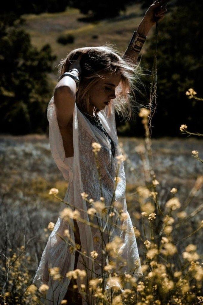 Depois de muitos murros na ponta da faca, coração apertado, noites em claro, choro engasgado e lutas diárias, ela encontrou a paz. Ela passou a arrebentação e o mar agitado, aprendeu como ninguém a remar e ter fé. Necessidade máxima para o coração tranquilo. Por Juliana Manzato { Imagem: reprodução }