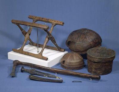 En klapstol fra bronzealderen. Den store gravhøj fra bronzealderen med det forjættende navn Guldhøj ligger i Sønderjylland, og den blev udgravet i 1891. Højen indeholdt, blandt andet, en egekiste med en gravlagt mand. I fodenden lå en meget usædvanlig genstand – en klapstol! Den fornemme lille stol, som var meget velbevaret, var af asketræ med udskårne mønstre med indlagt sort beg. Sædet var af odderskind, kun en stump er dog endnu bevaret. Klapstolen dateres til anden halvdel af 1400-årene…