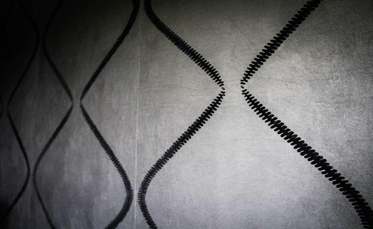 Tapisserie noire, relief en velours