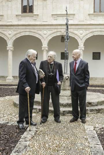 De izquierda a derecha, Antonio Gamoneda, Rafael Sánchez Ferlosio y Jorge Edwards, ayer en la Universidad de Alcala de Henares.