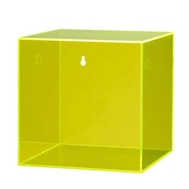 Kul Neongul Oppbevaringsboks til oppheng fra Bloomingville !    Design: Bloomingville Type: oppbevaringsboks Farge: neongrønn Materiale: pleksiglass Mål: 20x20xh20 cm  Detaljer: boks til oppheng, festes enkelt med skruer som følger med  Tips. Putt din kuleste pyntegjenstand på display inni boksen  eller bruk den som en praktisk oppbevaringsboks på kontoret eller i gangen.  også kul som et mini nattbord ved sengen !