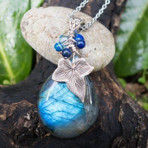 Pendentif féerique et nature, labradorite bleue, feuille de lierre, perles de lapis lazuli et agate bleue - Trésor de la Nature