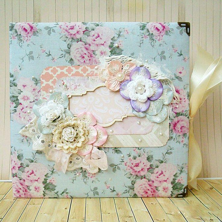 Нежный фотоальбом для новорожденной принцессы Hand made, сделан с нуля в технике скрапбукинг. Обложка - плотный 2мм переплётный картон, обтянутый 100% американским хлопком с принтом роскошных нежных роз на голубом фоне. Аппликационная открытка с фигурной именной визиткой украшена цветами ручной рабо