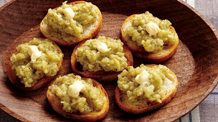 大庭 英子さんのなすを使った「焼きなすのペースト」のレシピページです。包丁で柔らかく焼いたなすを細かくたたいた簡単ペーストです。オリーブ油とマヨネーズでコクをプラスします。 材料: なす、A、フランスパン、マヨネーズ