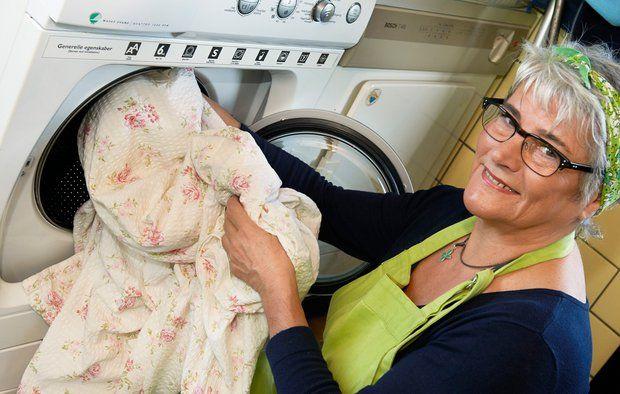 Det koster tid, vand og strøm at vaske tøj, og miljøet forurenes med CO2 og kemikalier. Derfor er det en god idé at lade sengetøjet blive på, til det virkelig trænger.