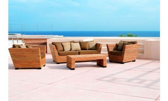 Composición de exterior de la firma Kentto formada por sofá, sillones y mesa central.  Fabricada en fibras naturales en color marrón claro y tapicería en marrón y beige.  Con su original diseño, es la opción ideal para dar un toque diferente a tu jardín o terraza.