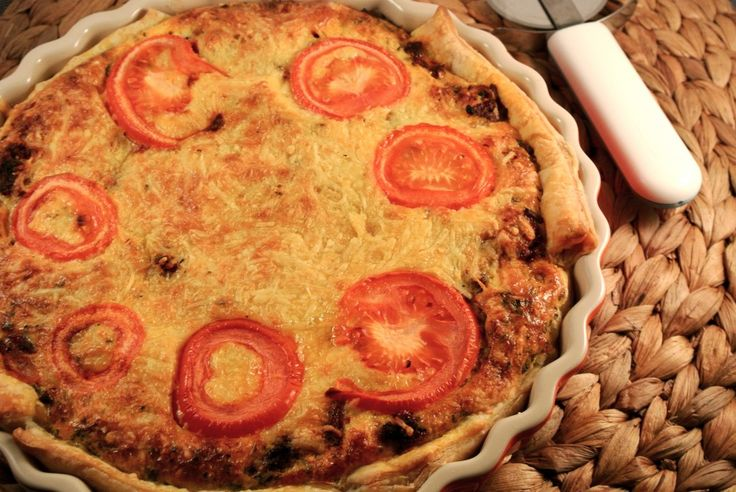 Hartige bolognese taart met gehakt, kaas en tomaat
