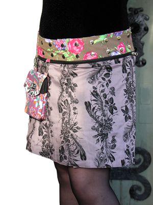 """Isabel är modellen för dig som önskar dig en lite större kjol. Ett storleksspann mellan stl 40 och 50 och en längd på 48 cm gör Isabel till en mycket omtyckt """"storasyster"""" till modell Anna. Snygga Isabel är vändbar och ger dig fyra kjolar i en. Bär den med ena eller andra sidan ut eller vänd på den löstagbara linningen och vips har du två variationer till. Kjolen levereras med en löstagbar liten väska.  Längd: 48 cm Isabel XL är tillverkad i 100% bomull."""