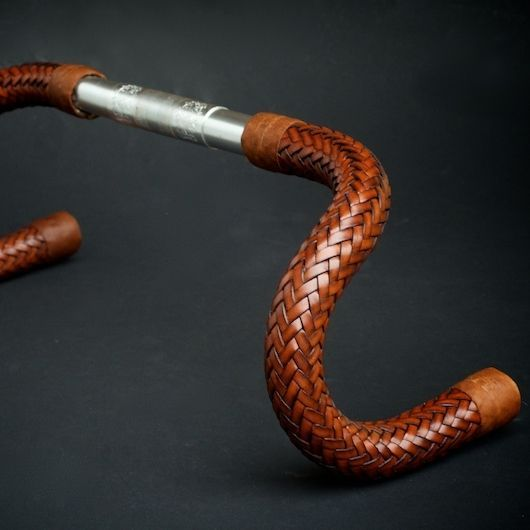 Guidon en cuir tissé conçu pour les vélos de piste et les vélos sans freins.