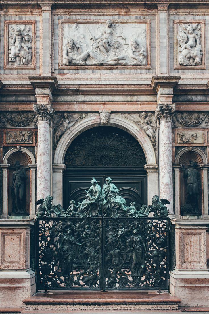 Il cancello in bronzo del Campanile San Marco (Loggetta del Sansovino) | venezia - Door in Venice,
