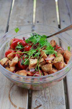 Panzanella ist ein Brotsalat mit reifen Tomaten, Basilikum und roten Zwiebeln.