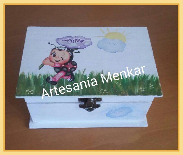 Caja pintada a mano y decorada con decoupage.