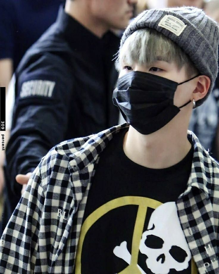Yoongi in this grunge/hipster stule is what i live for