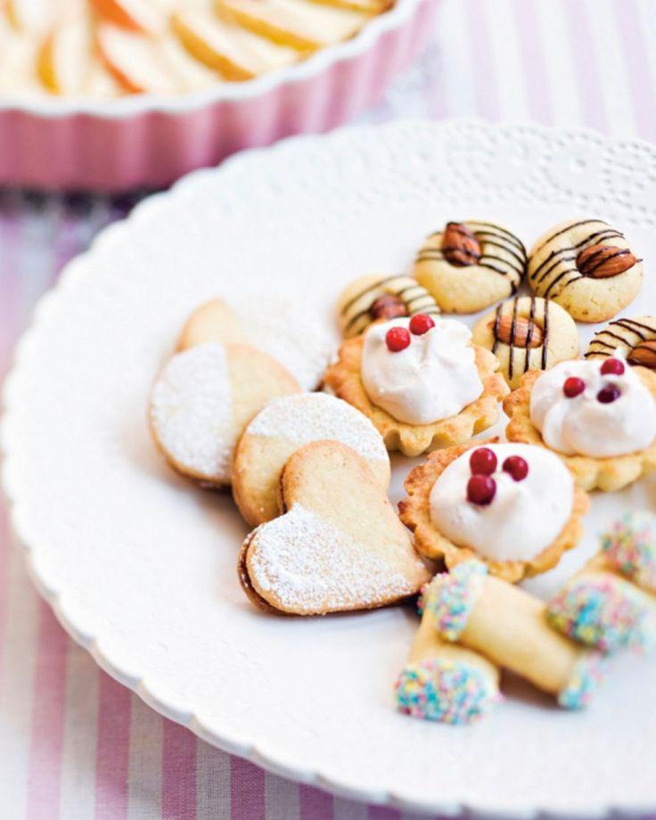 Murotaikinasta voi loihtia helposti edullisia ja näyttäviä herkkuja kahvipöytään. Taikina sopii niin pikkuleipiin, tartaletteihin kuin makeisiin...
