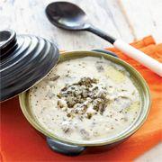 6 Kişilik Malzemeler 1 çay bardağı aşurelik buğday 1 demet pazı 1 soğan 1 kabak 400 gr süzme yoğurt 1 yumurta 3 yemek kaşığı süt Tuz Taze reyhan veya kişniş 3 diş sarımsak Üzeri İçin 2 yemek kaşığı tereyağı Nane, kırmızıbiber Hazırlanışı Soğanı ince doğrayın. Buğdayları soğanla birlikte tencereye alın ve üzerini iki parmak geçecek