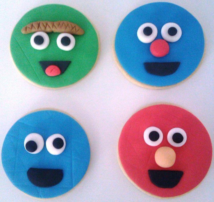 A este barrio le falta...Oscar el gruñón, Coco, el monstruo de las galletas (Triky) y Elmo. Han perdido el autobús Epi y Blas que luego vienen!!!.